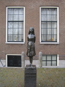 Estatua de Anna Frank cerca de su casa. Autor tiseb de Flickr.