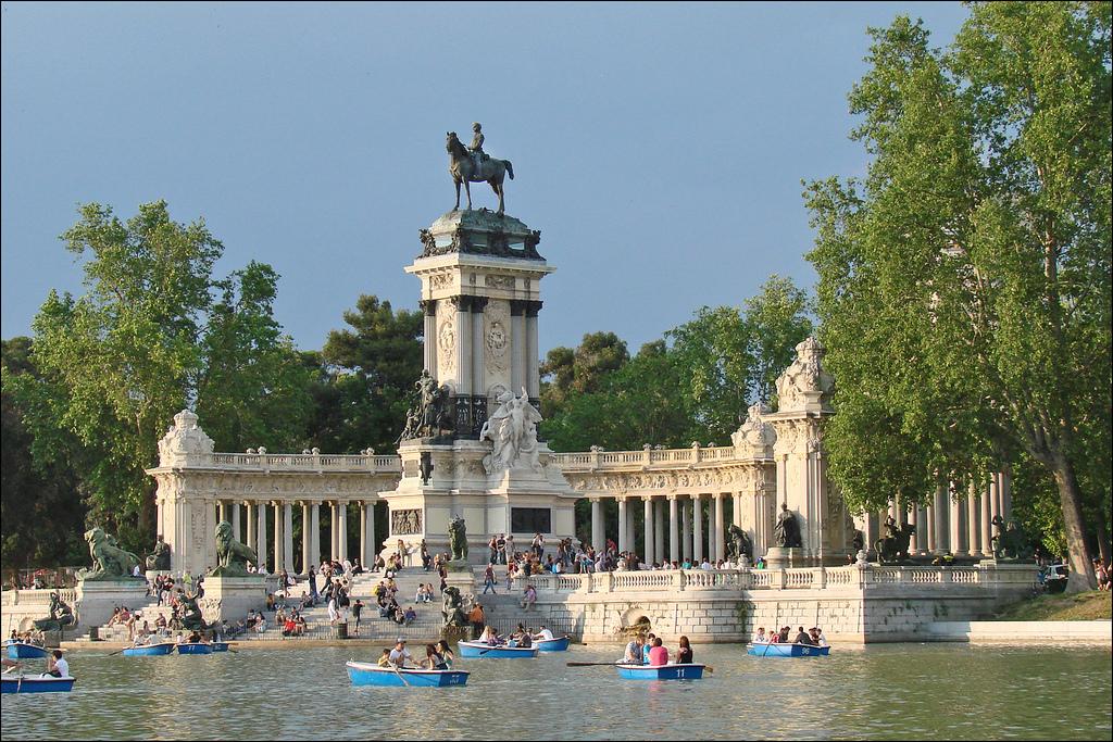 Viajes en familia madrid el rastro el estanque del for Parque del retiro barcas